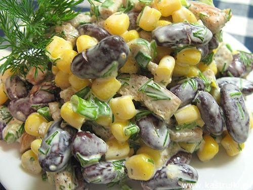 Салат с фасолью и кукурузой и сухариками